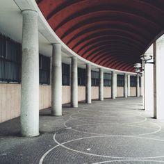 Corrado dell'Olio Roma. Palazzo dell'INPS. Arch. Giovanni Muzio, Mario Paniconi, Giulio Pediconi Il portico al piano terra di una delle due esedre di Piazza delle Nazioni Unite, all'EUR.