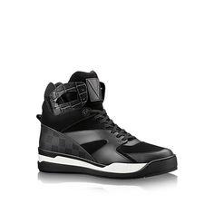 Entdecken Sie Kick-off Sneakerboot  Dieser innovative Street Style Sneakerboot zeigt ein raffiniertes Patchworkmotiv aus Materialien wie Velours-Kalbsleder, geprägtes Kalbsleder und Gummi mit der ikonischen Damier-Prägung von Louis Vuitton. Er verfügt über eine dicke, technische Außensohle, die aus drei separaten Bestandteilen gefertigt wird.