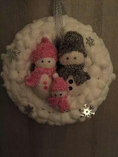 Strokrans beplakt met wattenbolletjes, wat ijskristallen en een sneeuwpoppen familie! Leuk idee, gezien op FB.