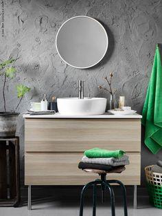 GODMORGON/ALDERN/TÖRNVIKEN kommod med tvättställ, SKOGSVÅG spegel i vit/bokfaner, GADDIS korg, FRÄJEN handdukar i grönt, ÅFJÄRDEN badhandduk i grått.