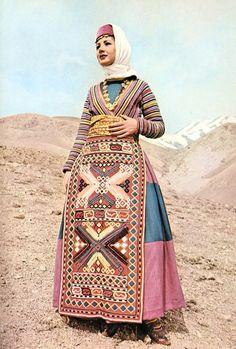 Femme en costume traditionnel arménien
