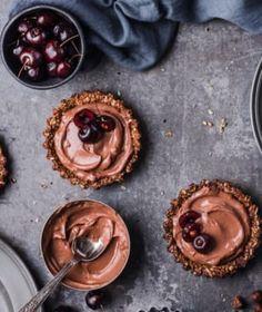 Avokádo je u nás stále dost nedoceněná surovina. Pokud před ním máte pořád respekt a nevíte, jak ho nejlépe upravit, máme pro vás pár skvělých receptů i tipů. Pudding, Desserts, Food, Respect, Tailgate Desserts, Deserts, Custard Pudding, Essen, Puddings
