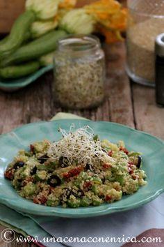 Pensavo fosse primavera – Quinoa con zucchine, pomodori secchi, olive nere e germogli di alfa-alfa