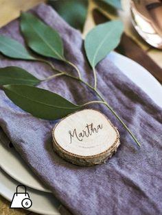 Marque place tronc en bois. Marque place en forme de tronc d'arbre. Pour un mariage sous le signe de la nature. Mesures diamètre 5.5 cm. Le produit, en bois naturel, peut présenter des défauts et des irrégularités.