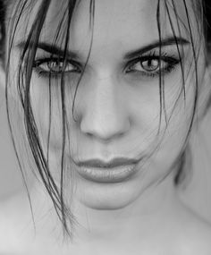 Look Your Absolute Best With These Beauty Tips Beauty Portrait, Portrait Art, Black And White Portraits, Black And White Photography, Photography Women, Portrait Photography, Realistic Pencil Drawings, Woman Sketch, Woman Face