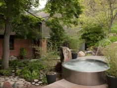 You can build your DIY stock tank pool. With just a few bukcs, you can working on creating a stock tank pool in your backyard. Hot Tub Garden, Hot Tub Backyard, Diy Garden, Stock Pools, Stock Tank Pool, Piscine Simple, Mini Piscina, Simple Pool, Outdoor Spa
