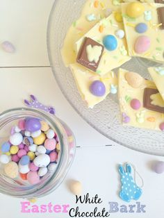 Easter White Chocolate Bark with only a couple of ingredients! So cute and ideal for a small, inexpensive Easter gift Easter gifts Easter White Chocolate Bark Easter Snacks, Easter Ham, Easter Lunch, Easter Treats, Easter Recipes, Easter Food, Easter Gift, White Chocolate Bark, Easter Chocolate