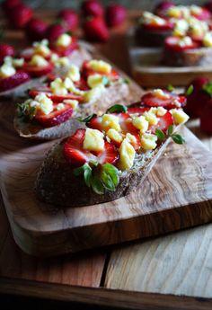 Strawberry & Goat Cheese Tartine / Pattys Food