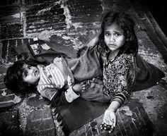 Children begging for some money at Swayambunath, Kathmandu, Nepal Poverty / Pobreza / Hambruna / Famine
