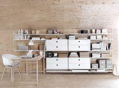 un espacio de trabajo precioso con las estanterías String y la silla About a chair de HAY