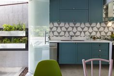 Decora Rosenbaum Temporada 3 - Refeitório. Armário verde, azulejo geométrico, horta vertical. Foto: Felipe Felco Valle