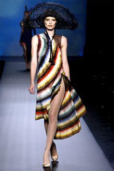 Guarda la sfilata di moda Jean Paul Gaultier a Parigi e scopri la collezione di abiti e accessori per la stagione Alta Moda Primavera Estate 2010.