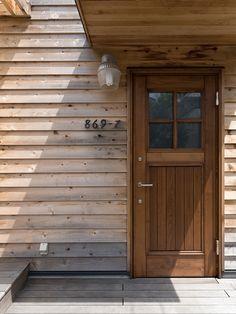 ワイズホーム/Y'shome/リノベーション/湘南/葉山/玄関ドア/ハウスナンバー/レッドシダー/サーファーズハウス Entrance Doors, Garage Doors, Bess, Diy Interior, Back Doors, Ideal Home, Facade, Porch, Surfing