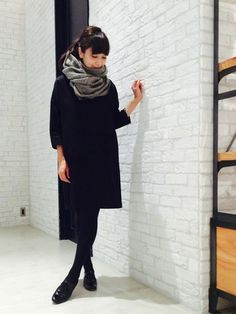 全身黒のコーデに、グレーのストールを合わせると上品な印象に。首元にボリュームがあるとスタイルが良く見えます。