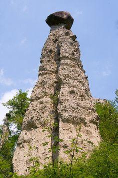 Piramide alta oltre 30mt. Il masso di porfido in sommità è enorme, una delle più grandi da noi viste.  Piramidi di terra a Zone - Lago d'Iseo - Brescia - Lombardia - Italy
