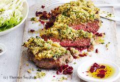 Rumpsteak mit Senf-Kren-Kruste, Rote-Rüben-Öl und Salat