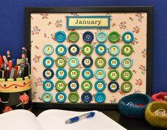 Um calendário de botões é muito chique. (com uma moldura de quadro e paninho para o fundo)