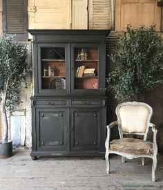 Annie Sloan Stockist Louisa Grace Interiors painted this dresser with Chalk Paint® in Graphite, a soft charcoal black. She heavily distressed it for a rustic look. With Olive trees and a French elegance vintage armchair. Chalk Paint Hutch, Graphite Chalk Paint, Annie Sloan Chalk Paint Colors, Annie Sloan Graphite, Distressing Chalk Paint, Painted Hutch, Black Chalk Paint, White Chalk, Black Chalkboard Paint