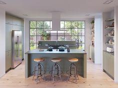 De Olympia stroken olijfgroen is een heerlijk grote leefkeuken. De keuken beschikt over een ruim eiland, hoge kasten en extra werk- en opbergruimte. Door de olijfgroene kleur, waan je jezelf zo in een mediterraans land. Heerlijk om een Italiaanse pasta of Spaanse paella in te bereiden. Het aanrechtblad heeft een natuurlijke uitstraling en heeft een grote, stenen spoelbak. In combinatie met een houten vloer en lichte muren, is dit een tijdloos exemplaar waar je jaren mee vooruit kunt. Small Farmhouse Kitchen, Farmhouse Kitchen Cabinets, Farmhouse Kitchens, Modern Bedroom Design, Home Interior Design, Living Room Kitchen, Kitchen Decor, Kitchen Under Stairs, Kitchenette