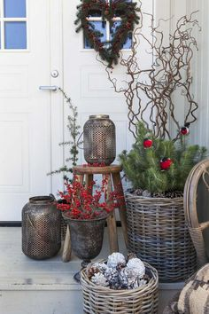 25 Amazing Winter Porch Decor Ideas that will Impress You - Decoration Christmas Garden Decorations, Pine Cone Decorations, Christmas Porch, Mini Christmas Tree, New Years Decorations, After Christmas, Outdoor Christmas, Christmas Crafts, Xmas