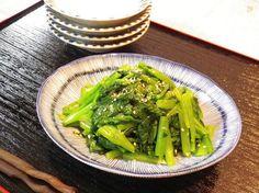 生姜の香りのナムルはさっぱりとして、肉や魚料理と一緒にいただくのにも良く合います。  冬から初夏まで出回る立派な葉付のカブは、葉だけで1品作れます。  小松菜でも同じように作れます。  お弁当に入れる場合は、和えた後、余分な水気を切って入れます。