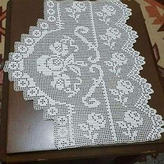 This Pin was discovered by Raş Crochet Curtains, Crochet Tablecloth, Crochet Doilies, Crochet Flowers, Lace Patterns, Baby Knitting Patterns, Crochet Patterns, Yarn Crafts, Diy And Crafts