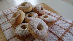 Al termine della cottura spennelliamo le ciambelle  con acqua, in questo modo resteranno morbide. Spolveriamo di zucchero a velo e siamo pronti per servirle calde calde. Donut Recipes, Cinnamon Rolls, Biscotti, I Foods, Doughnut, Donuts, Sweet Treats, Muffin, Food And Drink