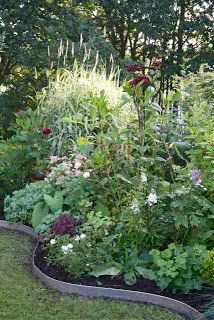 Garden Flow: If boxwood, sheet metal edges and a little Flower Bed Edging, Garden Edging, Garden Borders, Flower Beds, Landscaping With Rocks, Modern Landscaping, Back Gardens, Outdoor Gardens, Beautiful Gardens