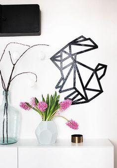 #MaskingTape: #origami hase aus #maskingtape #happyeaster #interior #decoration #wandgestaltung  Mehr schöne Ideen mit Washi und Masking Tape auf SoLebIch: www.solebich.de/tag/washi-masking-tape
