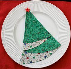 Simplesmente Fascinante - basta um guardanapo redondo duplo, com dois tecidinhos diferentes para obter uma linda árvore de Natal