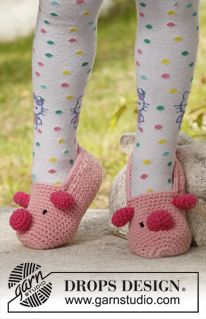 Miss Piggy - Crochet children slippers with pig motif in DROPS Paris. - Free pattern by DROPS Design Crochet Gratis, Crochet Baby Booties, Crochet Slippers, Crochet Girls, Knit Or Crochet, Crochet For Kids, Crochet Children, Drops Design, Crochet Free Patterns