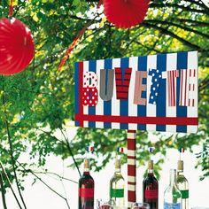 Panneau Buvette en bois recouvert de tissus à pois ou rayures bleus, blancs, rouges pour le 14 Juillet