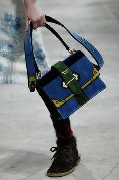 See detail photos for Prada Fall 2017 Menswear collection. Fall Handbags, Hermes Handbags, Burberry Handbags, Leather Handbags, Designer Handbags, Dior, Pamela, New Shape, Luxury Bags