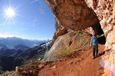 Wandern macht Kindern Spaß - wenn man die richtige Route wählt. Ob Eishöhle, Wolfsschlucht oder eine Fahrt mit der Gondelbahn: fünf Touren zwischen Salzburg und Allgäu, die auch für kleine Füße ein Vergnügen sind.