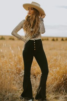 Western fashion shoot custom hat fields 50 Best Spring Outfits Casual 2019 for Women - Fashion and Lifestyle Look Fashion, Urban Fashion, Fashion Outfits, Fashion Trends, Fashion Hats, Fashion Edgy, Fashion Shoot, Fashion Black, Fashion Sandals