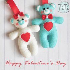 Zakochane misie życzą wszystkim wesołych Walentynek ❤ #filc #titikreatywnaprzestrzen #filcowybreloczek #recznierobione #walentynki #miłość #filcowymis #prezentwalentynkowy #filclove #breloczek #handmade #felt #feltro #feltteddybear #valentines #feltvalentines #feltartist #feltcraft #cutebears #valentinesgifts