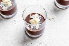 pudding au chocolat, aux amandes et à l'avocat 1 1/2 tasse de lait d'amande non sucré1/2 tasse de crème de coco3 cuillères à soupe de mélange stévia / érythritol1 avocat moyen , dénoyauté et pelé3 cuillères à soupe de cacao en poudre non sucré1 cuillère à café d' extrait de vanille1 cuillère à café d'extrait d'amande2 cuillères à soupe de flocons de noix de coco non sucrés, pour la garniture2 cuillères à soupe d' amandes, pour la garniture