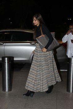 Airport Look: Sonam Kapoor, Shraddha Kapoor and Kangana Ranaut Rock Their Travel Style! Diva Fashion, Fashion Outfits, Bollywood Fashion, Bollywood Saree, Sonam Kapoor, Celebrity Look, Indian Designer Wear, Indian Wear, Indian Outfits