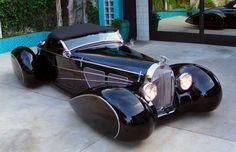 Delahaye USA Bugnotti 1 This is actually a modern car. an homage to Bugatti penned by Chip Foose. Corvette engine and drivetrain. Coolest retro ride ever. Bugatti, Lamborghini, Retro Cars, Vintage Cars, Vintage Iron, Art Deco Car, Automobile, Roadster, Chip Foose