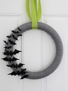 Halloween is getting closer. Are you ready for Halloween decorations? If not, look at the DIY Halloween wreath project I prepared for you today. If you want to find some fun and economical Halloween decorations for your home. These DIY Halloween wrea Deco Porte Halloween, Halloween Yarn Wreath, Halloween Door Decorations, Fete Halloween, Halloween Bats, Holidays Halloween, Classy Halloween, Halloween Pumpkins, Happy Halloween