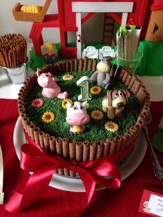 Maatilan eläimet -täytekakku poikani yksivuotissyntymäpäiville. Kakussa tumma sokerikakkupohja, ja täytteenä mangoa, rahkaa ja kermavaahtoa. Kostutuksen tein sitruuna-limemehulla. Kakun päällä on vihreäksi värjättyjä kookoshiutaleita, sekä sokerimassaeläimiä. Ympärillä syötäviä keksejä. Kiitos Laura! #mitätahansaleivotkin #leivojakoristele #droetker #kilpailu #kakku #syntymäpäiväkakku #maatila #maatilaneläimet #eläinkakku #suklaakakku