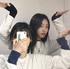 Poses For Pictures, Bff Pictures, Best Friend Pictures, Friend Photos, Korean Best Friends, Korean People, Girl Couple, Ulzzang Korean Girl, Selfie Poses