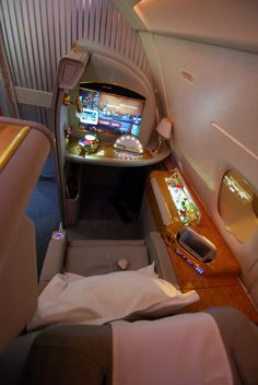 Emirates Airlines - First Class von Hong Kong nach Bangkok First Class Airline, Emirates First Class, Flying First Class, First Class Flights, Luxury Jets, Luxury Private Jets, Private Plane, Emirates Airline, Private Jet Interior