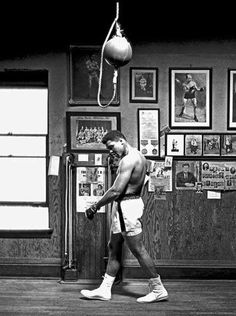 Muhammad Ali was one of the most inspiring athletes in history. Here are 30 of the greatest Muhammad Ali quotes to inspire you to achieve your own goals. Mohamed Ali, Muay Thai, Man Ray, George Foreman, Ansel Adams, Boxe Fight, Boxe Mma, Foto Sport, Herbert List