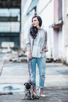 Outfit OOTD mit hellem Blouson von H&M, weiße Bluse von Zara, ripped Boyfriend Jeans und weißen Pumps | https://juliesdresscode.de | Look für den Frühling | Julies Dresscode Fashion Blog