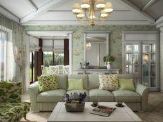 Das Layout des Hauses verbindet dieses Zimmer eng mit Speisesaal und Küche durch ein paar verzierte Türen. Die Formen an Fenstern und Türen ist außerordentlich detailliert.