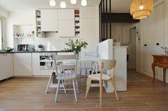 Cuisine ouverte blanche avec verrière dans un appartement chic et chaleureux à Orsay, par l'agence d'architecture d'intérieur ADC l'atelier d'à côté