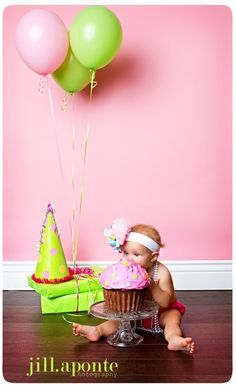 Cute 1st birthday photo~~I am totally doing this for Hailey~with purple and green!