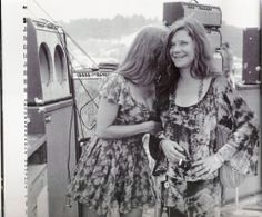 """Janis shares some dating advice in Louisville, 1970: """"Honey, if you've had your eye on a piece of talent and that chick down the road has been getting all the action, then you know what you gotta do...'Try A Little Bit Harder.' 1969 Woodstock, Hippie Woodstock, Festival Woodstock, Woodstock Hippies, Woodstock Photos, Woodstock Music, Janis Joplin Frases, Janis Joplin Style, Nana Mouskouri"""