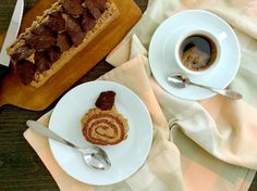 Kakaová roláda (bez mouky) s kávovou šlehačkou a čokoládovými listy